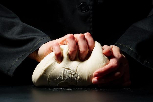 Préparation de la pâte sur fond sombre. concept de nourriture. processus de cuisson