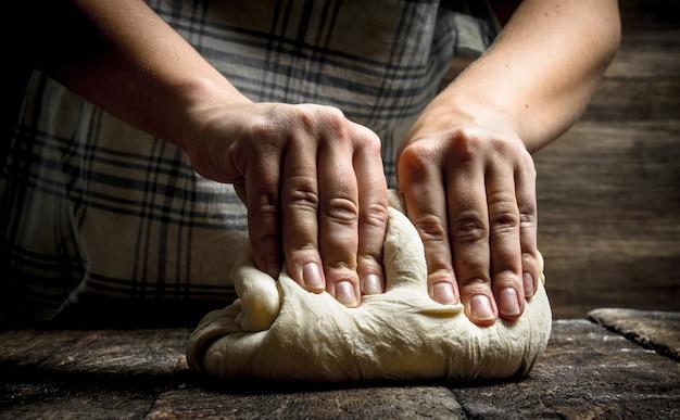 Préparation de pâte fraîche. sur une table en bois.