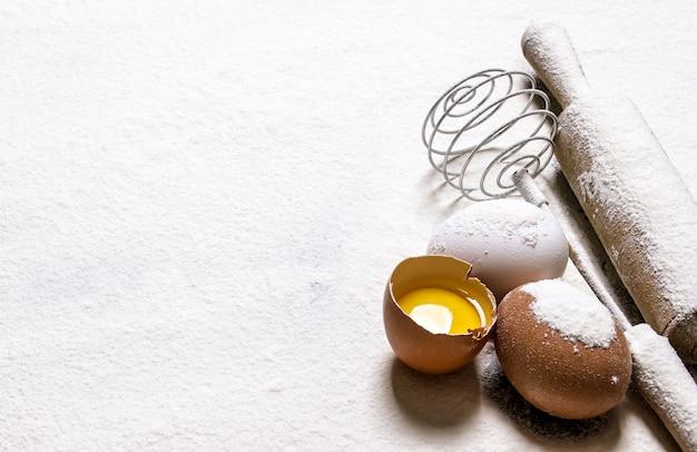Préparation de la pâte œufs au rouleau à pâtisserie en farine