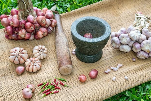 Préparation de la pâte de piment thaïlandais en bonne santé.