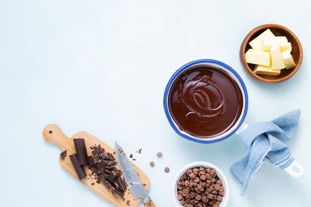 Préparation de la pâte recette ganache au chocolat, gâteau, brownie, muffins, cupcakes ingridients, nourriture poser à plat