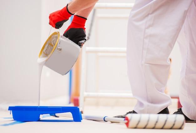 Préparation à la peinture de salle