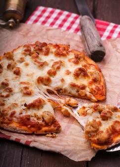 Préparation de pizza entourée d'ingrédients.