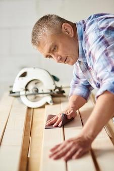 Préparation des planches de bois par menuisier