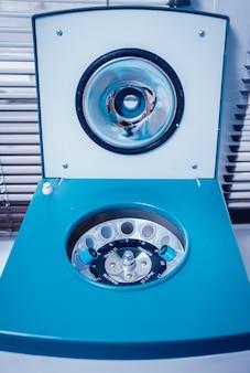 Préparation de plasma riche en plaquettes. plasma en seringue. centrifuger.