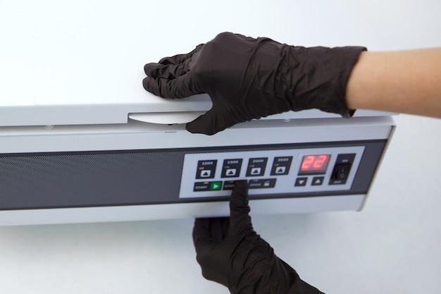 Préparation de plasma riche en plaquettes. tubes avec du sang dans la centrifugeuse.