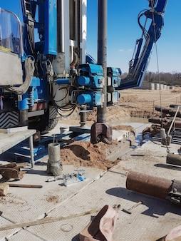 Préparation de la plate-forme de forage pour le travail. outils et équipements pour la perforation des puits de pétrole et de gaz. forage pour l'étude de la géologie. équipement de forage sophistiqué.