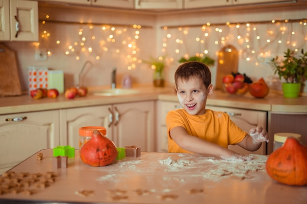 Préparation pour la fête d'halloween. heureux, gai, garçon, cuisson, biscuits, dans, les, cuisine