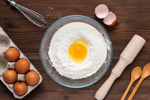 Préparation de produits à base de farine à partir de farine et d'œufs. vue de dessus.