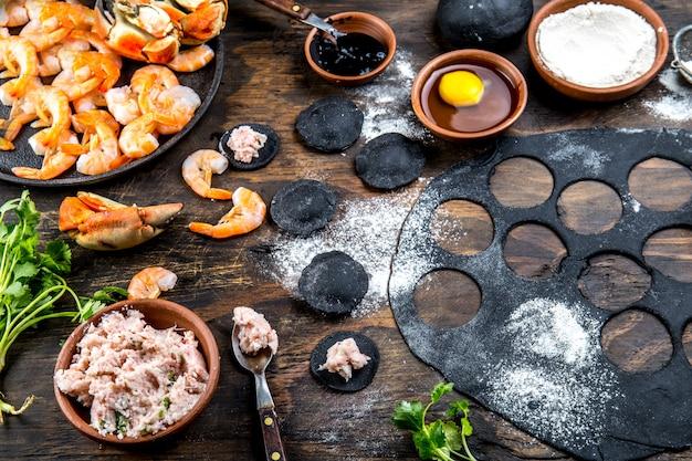 Préparation de raviolis noirs italiens aux fruits de mer