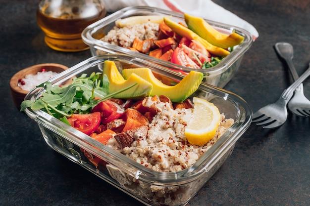 Préparation de repas végétariens sains à l'intérieur de conteneurs