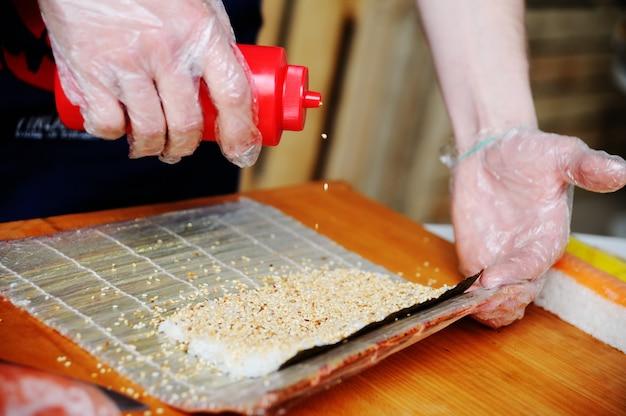 Préparation des rouleaux. cuisine orientale