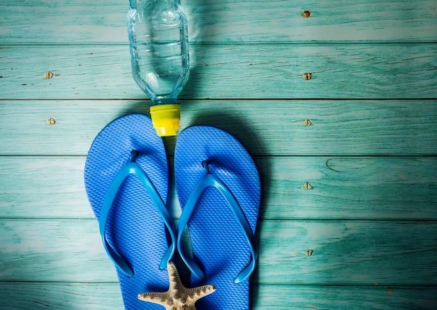 Préparation de la saison estivale - eau, tongs et en arrière-plan