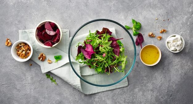 Préparation de la salade d'été à la betterave cuite au four
