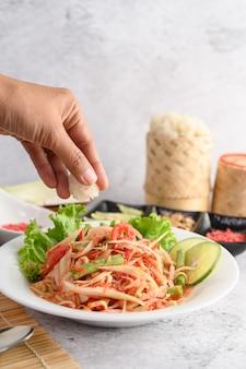 Préparation de salade de papaye