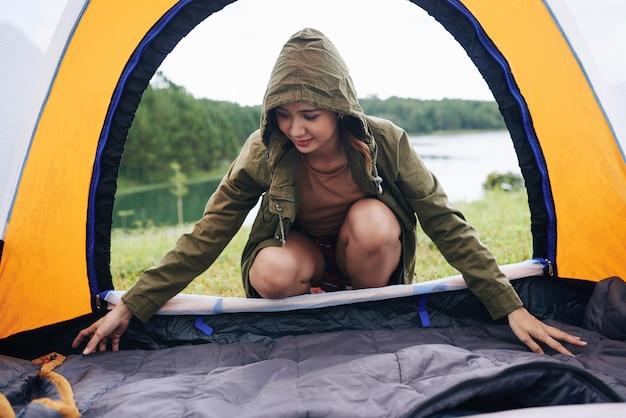 Préparation de la tente pour dormir