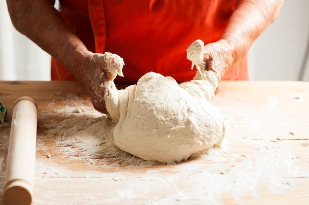 Préparation traditionnelle vraie pizza italienne