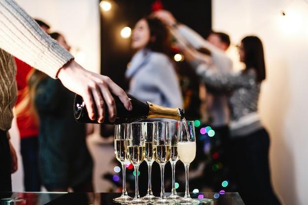 Préparations de noël et du nouvel an. compagnie de jeunes heureux et attrayants célèbrent