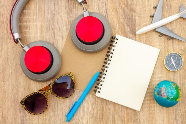 Préparer des accessoires et des articles de voyage sur une planche de bois, poser à plat, fond de vue de dessus