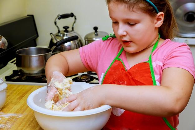 Préparer la boulangerie enfant fille prépare des biscuits et s'amuse dans la cuisine.