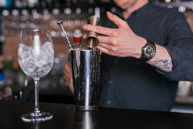 Préparer un cocktail rafraîchissant dans un bar