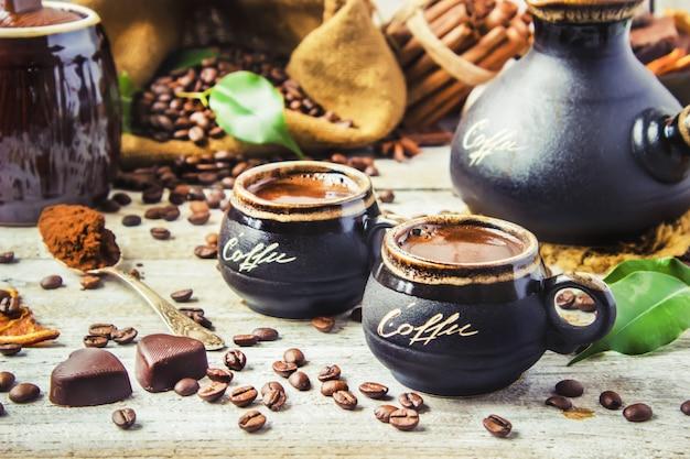 Préparer du café à turku pour le collage du petit déjeuner. mise au point sélective.