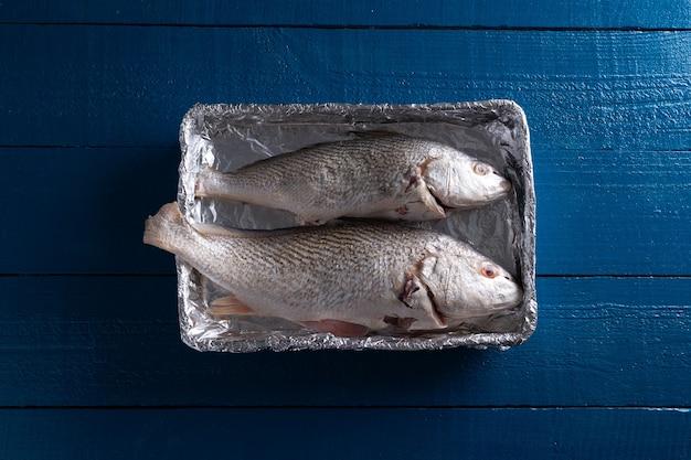 Préparer du poisson corvina brésilien avec du piment rouge