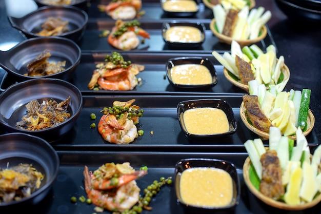 Préparer ensemble pour la cuisine thaïlandaise au dîner individuel