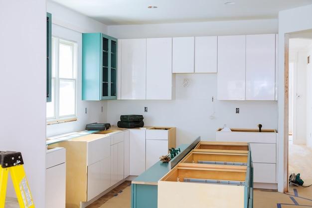 Préparer l'installation personnalisée neuve dans la cuisine moderne