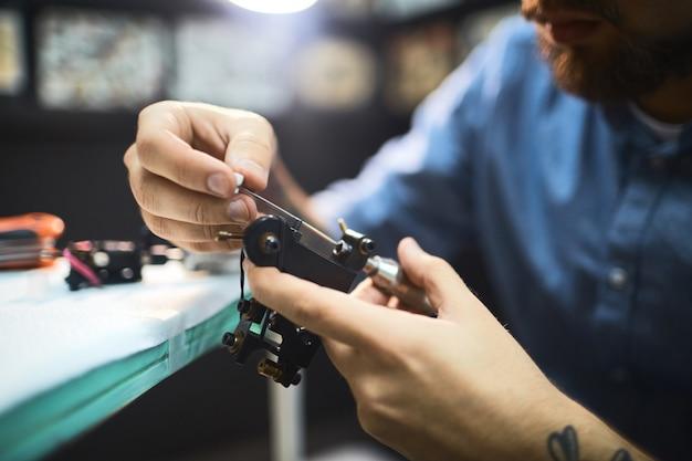 Préparer une machine à tatouer