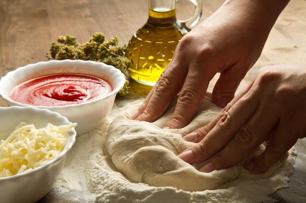 Préparer la pâte à pizza