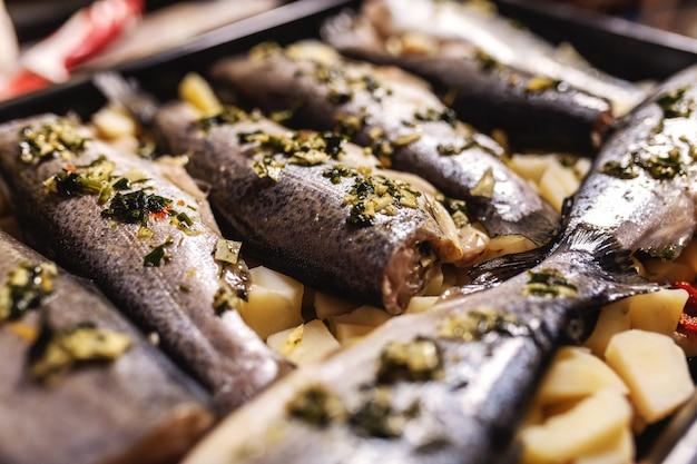 Préparer le poisson pour le déjeuner.