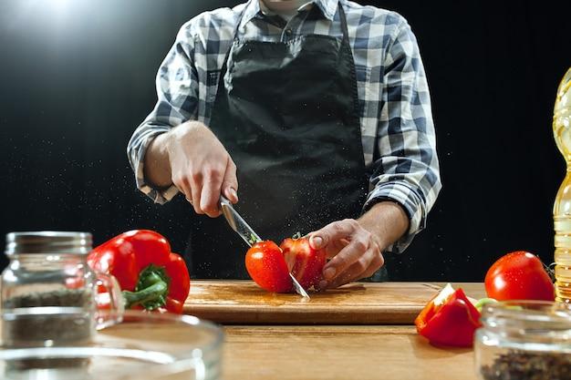 Préparer la salade. chef féminin coupe des légumes frais.