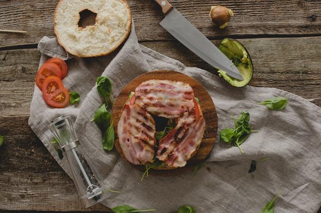 Préparer un sandwich au beignet