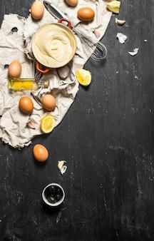 Préparez une mayonnaise traditionnelle sur un tableau noir