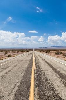 Près d'amboy (usa). ancienne partie de la route 66 au milieu du désert