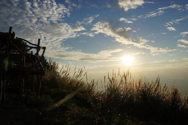 Près du soleil de l'aube lumière et ciel bleu