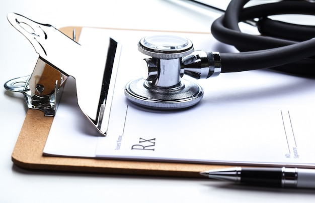 Prescription vide allongé sur une table avec stéthoscope