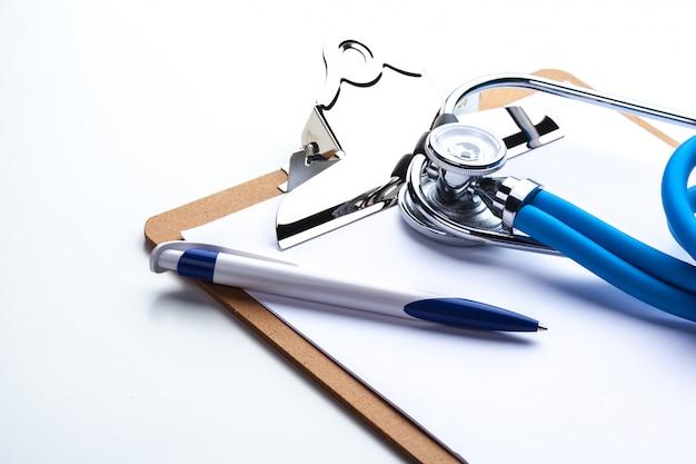 Prescription vide allongé sur une table avec stéthoscope