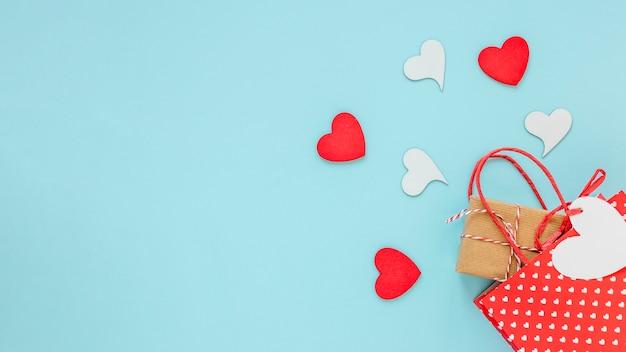 Présent dans un sac avec des coeurs pour la saint-valentin
