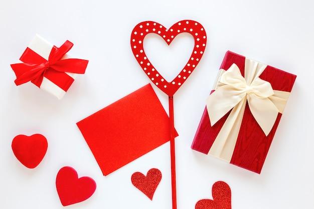 Présent avec du papier et des coeurs pour la saint-valentin