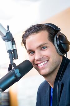 Présentateur radio dans une station de radio en ondes