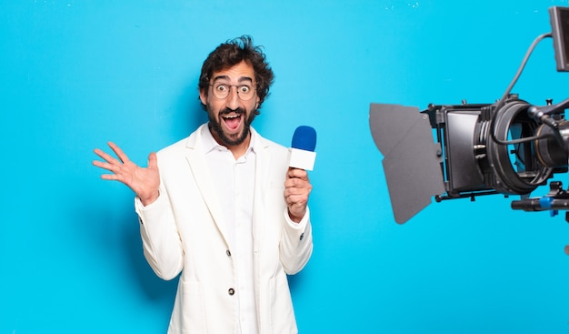 Présentateur de télévision jeune homme barbu.