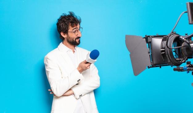 Présentateur de télévision de jeune homme barbu.