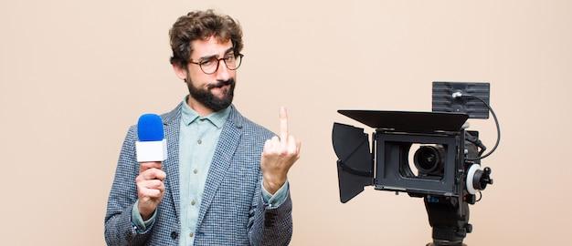 Présentateur de télévision se sentant en colère, agacé, rebelle et agressif, renversant le majeur, ripostant