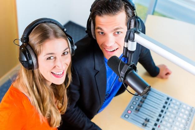 Présentateurs de radio dans la station de radio sur l'air
