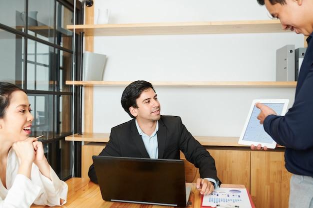 Présentation d'affaires lors de la réunion