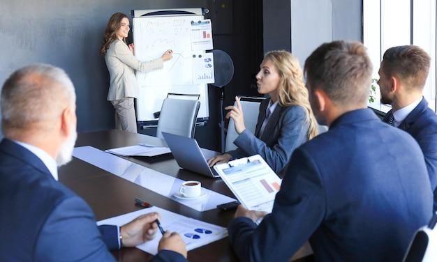 Présentation de la conférence d'affaires avec le bureau de tableau de conférence de formation d'équipe.