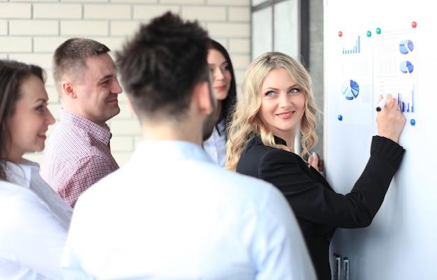 Présentation d'une conférence d'affaires avec un bureau de tableau à feuilles mobiles pour la formation d'équipe