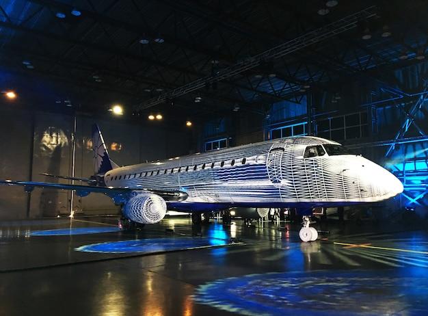 Présentation du nouveau modèle de l'avion. technique mixte